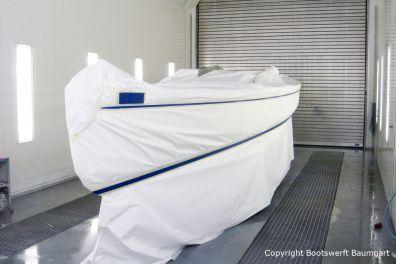 Vorarbeiten zur Neulackierung einer Latitude 46 Tofinou 9.5 in der Lackierhalle der Bootswerft Baumgart in Dortmund