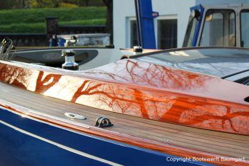 Kajüte in Mahagoni einer Latitude 46 Tofinou 9.5 nach Fertigstellung der Neulackierung in Royal Blue von AWL Grip Yachtfarben auf dem Werftgelände der Bootswerft Baumgart in Dortmund