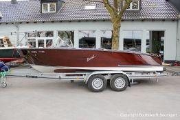 Boesch 590 St. Tropez Motorboot auf dem Bootstrailer nach durchgeführtem Refit auf dem Werftgelände der Bootswerft Baumgart in Dortmund