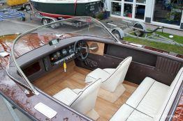 Cockpit mit weissen Ledersitzen einer Boesch 590 St. Tropez nach durchgeführtem Refit auf dem Werftgelände der Bootswerft Baumgart in Dortmund