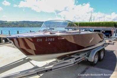 Boesch 590 St. Tropez Motorboot auf dem Bootstrailer im Zielhafen in der Schweiz nach durchgeführtem Refit in der Bootswerft Baumgart