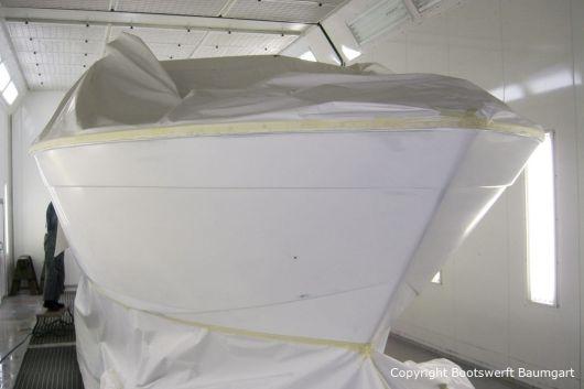 Chris Craft MX 25 Motoryacht bei der Grundierung in der Lackierkabine der Bootswerft Baumgart in Dortmund