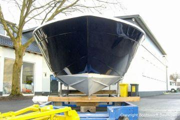 Bug der Chris Craft MX 25 Motoryacht beim Refit auf dem Werftgelände der Bootswerft Baumgart in Dortmund