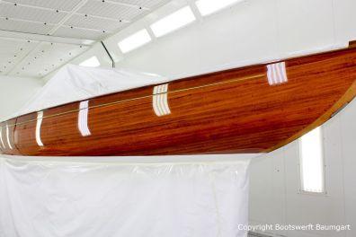 Steuerbord Seite der Lacustre Segelyacht nach der Bootslackierung in der Lackierkabine der Bootswerft Baumgart in Dortmund