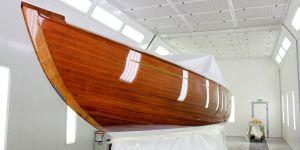 Backbord Seite der Lacustre Segelyacht nach der Bootslackierung in der Lackierkabine der Bootswerft Baumgart in Dortmund