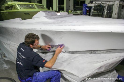 Stefan Baumgart beim Schleifen eines Malibu Skier Euro f3 Motorboots beim Refit in der Werfthalle der Bootswerft Baumgart in Dortmund