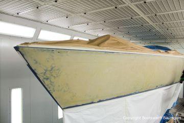 Schleifarbeiten am Rumpf einer Comfortina 38 in der Lackierkabine der Bootswerft Baumgart in Dortmund
