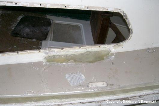 Seite eines Jaguar 22 Segelkajütboots bei der Reparatur in der Werfthalle der Bootswerft Baumgart in Dortmund