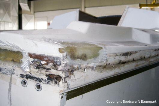 Heck eines Jaguar 22 Segelkajütboots bei der Reparatur in der Werfthalle der Bootswerft Baumgart in Dortmund