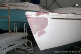 Bug eines Jaguar 22 Segelkajütboots bei der Reparatur in der Werfthalle der Bootswerft Baumgart in Dortmund