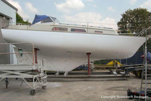 Grundierte Nab 32 Segelyacht auf dem Werftgelände der Bootswerft Baumgart in Dortmund