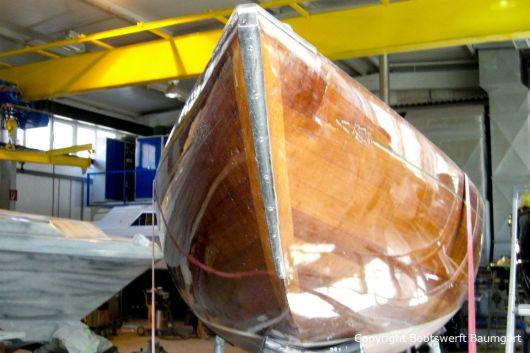 Bug eines Drachen / Dragon Segelbootes vor der Restauration in der Werfthalle der Bootswerft Baumgart in Dortmund