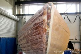 Bug eines Drachen / Dragon Segelbootes bei der Restauration in der Werfthalle der Bootswerft Baumgart in Dortmund