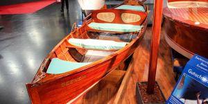 Klassisches Holzruderboot auf dem Messestand der Boot in Düsseldorf nach durchgeführter Restauration der Bootswerft Baumgart