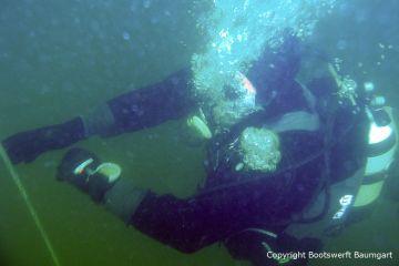 Taucher beim Tauchgang zur Riva Super Aquarama. Bergung organisiert und durchgeführt mit Unterstützung professioneller Taucher durch die Bootswerft Baumgart
