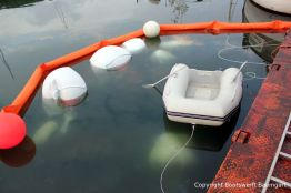Ankunft der Riva Super Aquarama im Hafen unter Wasser liegend bei der Bergung durch die Bootswerft Baumgart