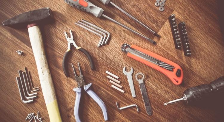 Werkzeuge liegen auf einem Tisch