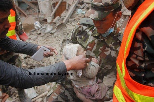 bebe-4-meses-rescatado-terremoto-nepal (5)