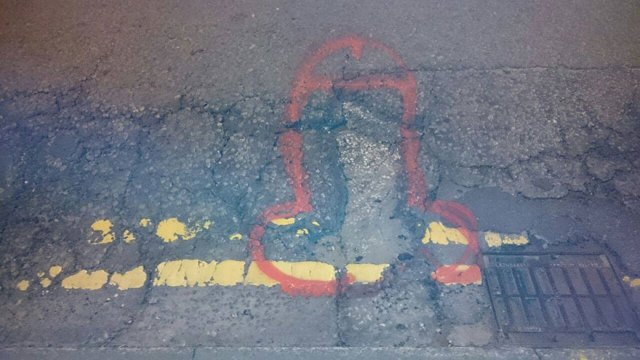 wanksy-graffitis-penes-baches-manchester (11)