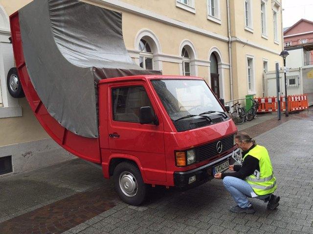 camion-doblado-erwin-wurm-alemania (2)
