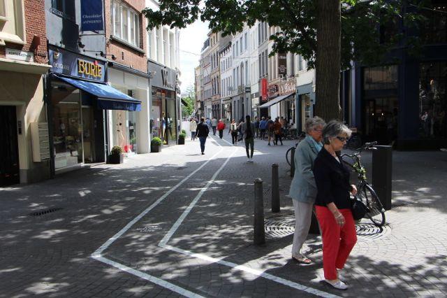 carriles-viandantes-usando-movil-belgica (5)