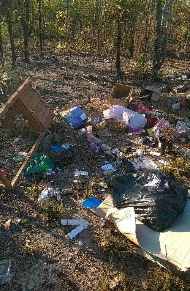 basura-ilegal-devuelta-casa-frederick-tomlinson-australia (1)