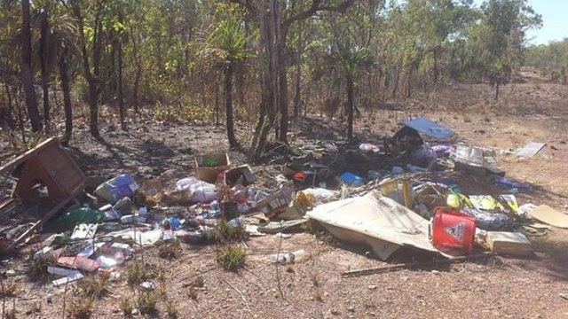 basura-ilegal-devuelta-casa-frederick-tomlinson-australia (4)