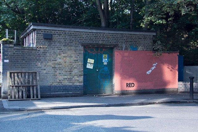 experimento-grafitti-pared-roja-limpieza-mobstr-londres (18)