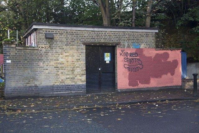 experimento-grafitti-pared-roja-limpieza-mobstr-londres (37)