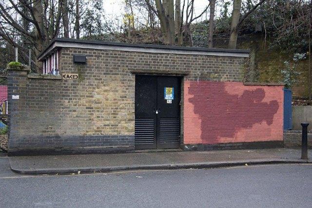 experimento-grafitti-pared-roja-limpieza-mobstr-londres (42)