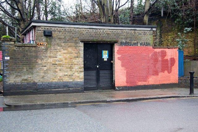 experimento-grafitti-pared-roja-limpieza-mobstr-londres (45)