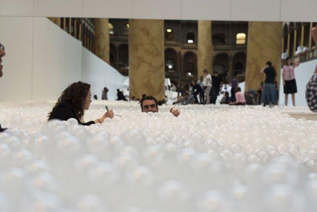 instalacion-playa-oceano-burbujas-plastico-snarkitecture-museo-nacional-construccion (2)
