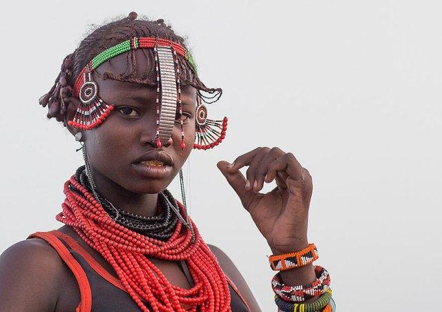 basura-reciclada-adornos-tribus-valle-omo-etiopia-eric-lafforgue (2)