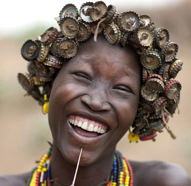 basura-reciclada-adornos-tribus-valle-omo-etiopia-eric-lafforgue (3)