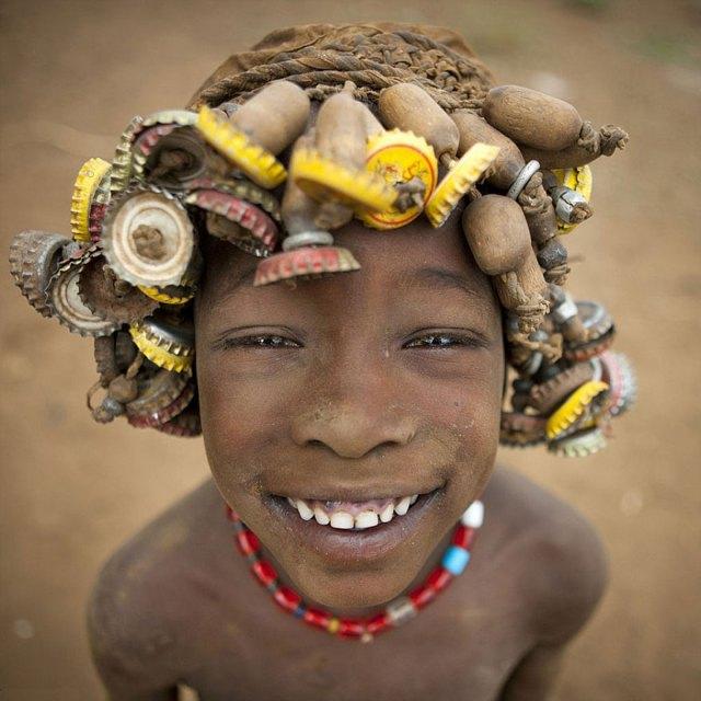 basura-reciclada-adornos-tribus-valle-omo-etiopia-eric-lafforgue (4)