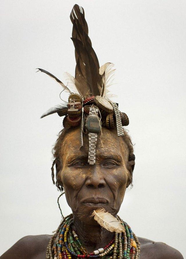 basura-reciclada-adornos-tribus-valle-omo-etiopia-eric-lafforgue (6)