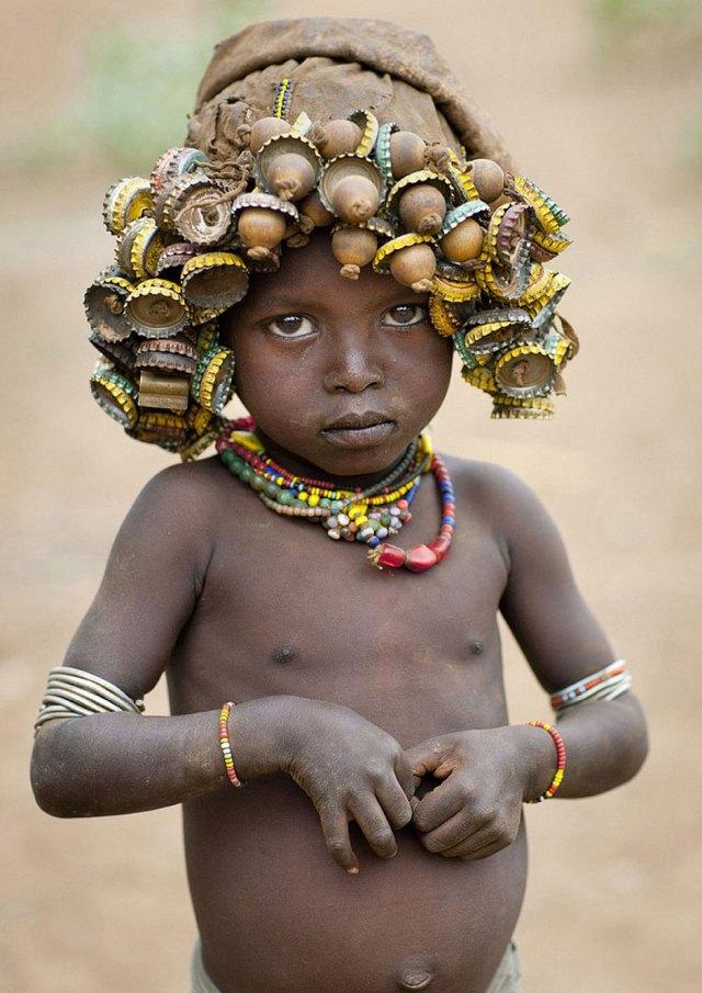 basura-reciclada-adornos-tribus-valle-omo-etiopia-eric-lafforgue (7)