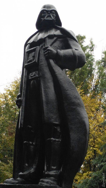 monumento-de-lenin-convertido-en-darth-vader-wifi-odessa-alexander-milov (1)