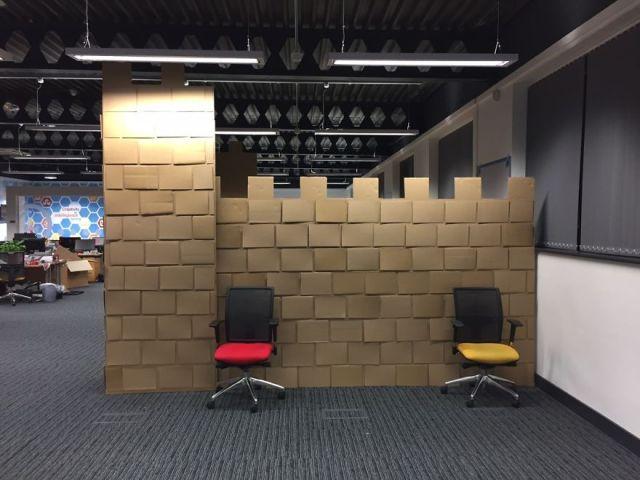 castillo-carton-gigante-oficina-karl-young (11)