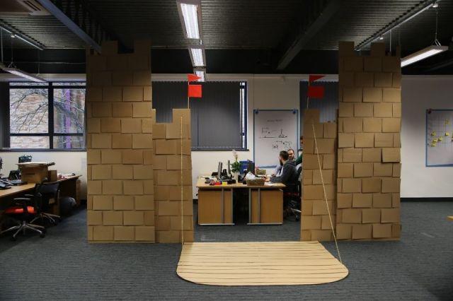 castillo-carton-gigante-oficina-karl-young (3)