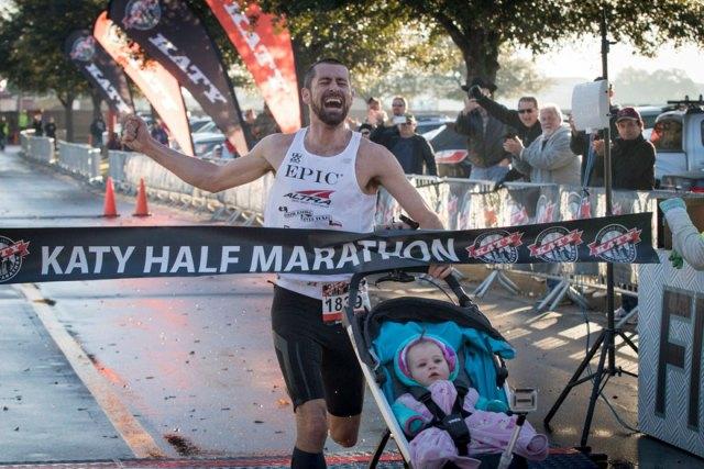 padre-ganador-maraton-carrito-hija-calum-neff (3)
