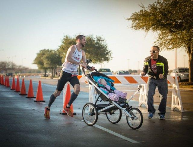 padre-ganador-maraton-carrito-hija-calum-neff (5)