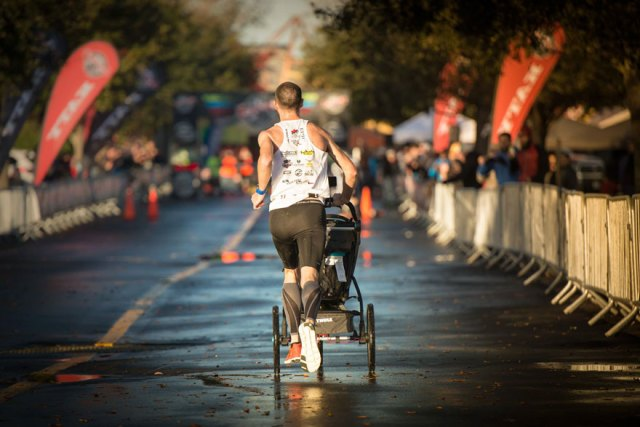 padre-ganador-maraton-carrito-hija-calum-neff (6)