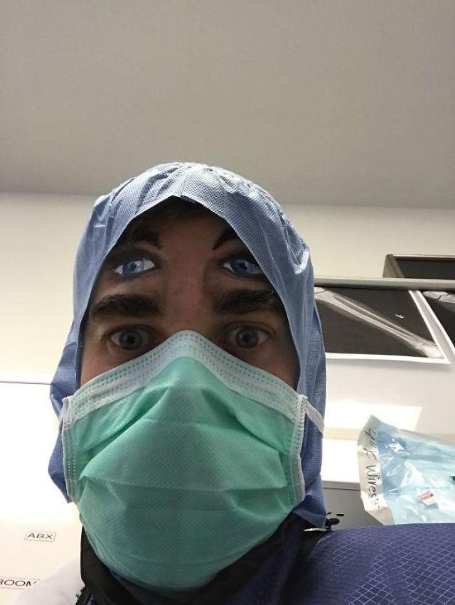 Trabajo En El Quirófano. Hoy Vino Un Pintor De Caras Al Hospital. Esto Es Lo Que Ven Los Pacientes Al Salir De La Anestesia