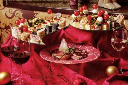 Tapas og sushi på dekorert julebord