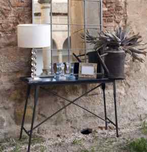 mesa y espejo contra pared de ladrillo