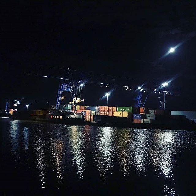Overslaghaven Born bij nacht.  #born #borninbeeld #limburg #limburginbeeld #avond #haven  #Repost from @jechort