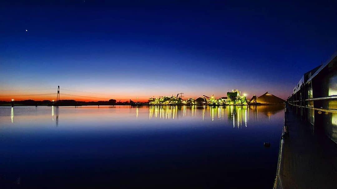 Heerlijk rustig hier in Born. 📸 @vofamuntersmsariel  #born #limburg #binnenvaart #binnenvaartschip #binnenvaartstaatnooitstil #work #amazing #colorful #netherlands #mobilephotography #grind #molen #water #stil #evening #rust #beauty #skylovers #sky #reflection #nederland #photooftheday #photography #loveit #beautiful #sunset #sunrise #blue #world #trierveld
