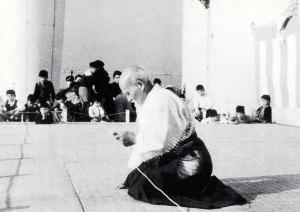 (Morihei Ueşiba 1956 yılında Takaşiyama'daki gösteride)