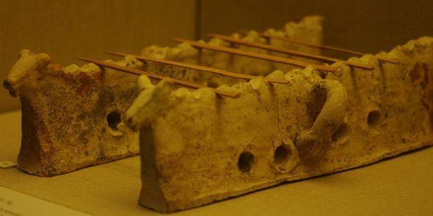 Οι κρατευτές: πάνω τους έψηναν σουβλάκια. Είχαν εγκοπές αλλά και τρύπες, για να κυκλοφορεί ο αέρας και να μη σβήνουν τα κάρβουνα, Μουσείο Προϊστορικής Θήρας, photo:zervonikolakis.lastros.net